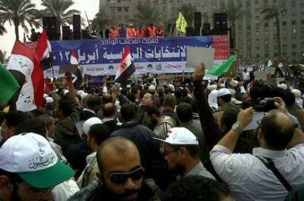 Binlerce Mısırlı yeniden Tahrir'de