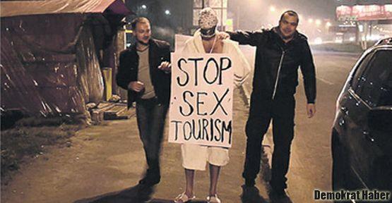 Bir Türk'ün kafasına çuval geçirip sokakta dolaştırdılar