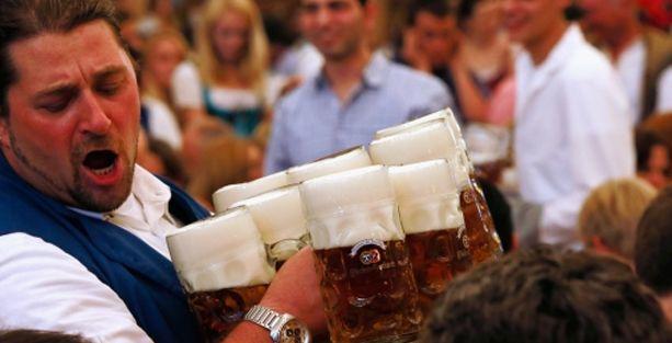 Biranızı getiren garson kaç saattir çalışıyor?
