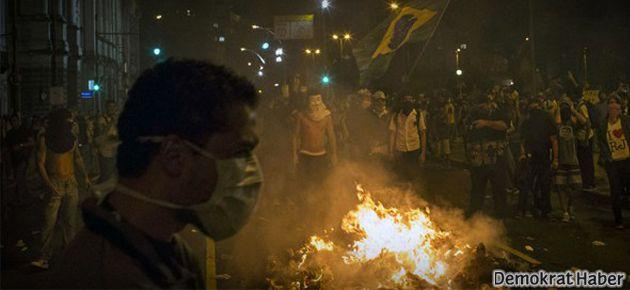 Brezilya'da polis de isyan etti, silahını ateşe attı