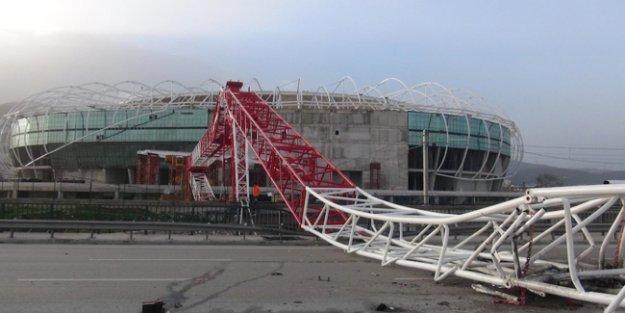 Bursa'da etkili olan lodos stad inşaatındaki vinci devirdi, bir kişi öldü