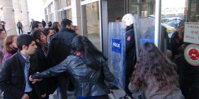 Çağlayan'da çevik kuvvet, aramaya karşı çıkan avukatları kalkanlarla dışarı çıkardı