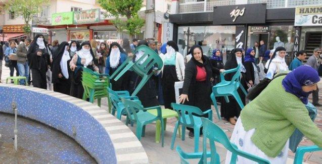 Cizreli kadınlardan sandalye ve masa kaldırma eylemi