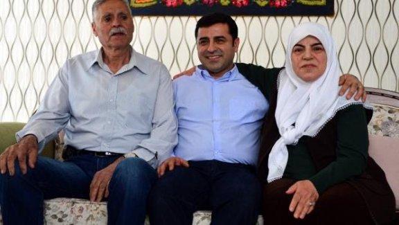 Demirtaş, anne ve babasının elini öpüp duasını aldı
