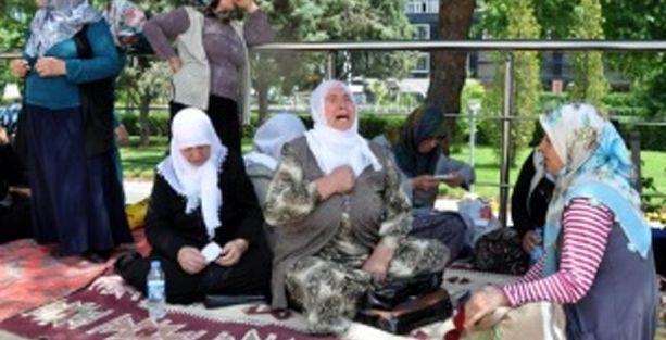 Diyarbakır'da eylem yapan aileler BDP il başkanlığına girmek istedi