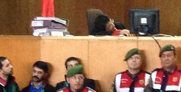 Duruşmada uyuyup, horlayan hakime soruşturma yok