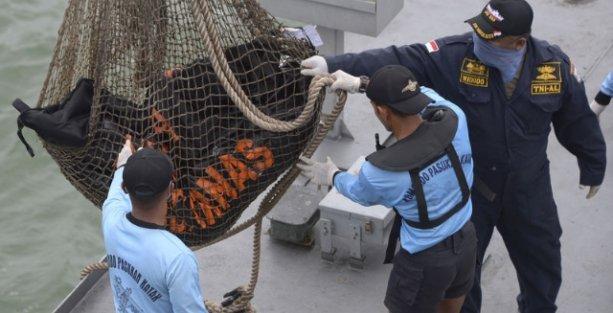Düşen Malezya uçağının yolcuları denizden ağlarla toplanıyor