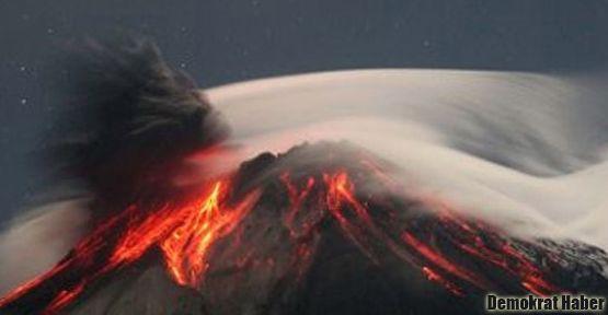 Ekvador'daki yanardağ ateş saçıyor