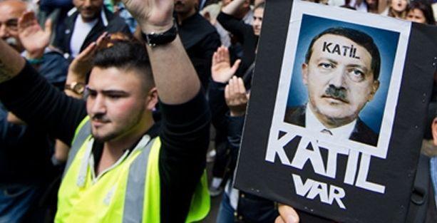 Erdoğan'ı Hitler'e benzeten afişlere soruşturma