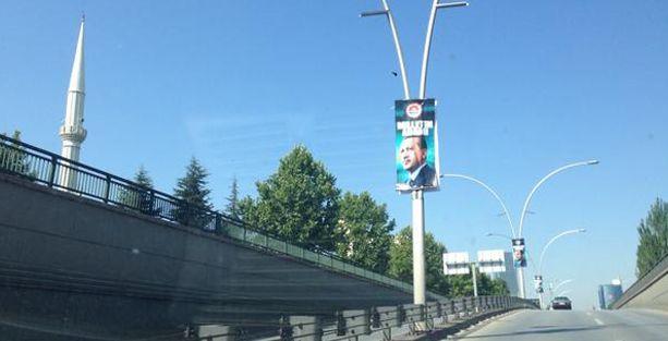 Erdoğan'ın reklamları seçim günü de panolarda
