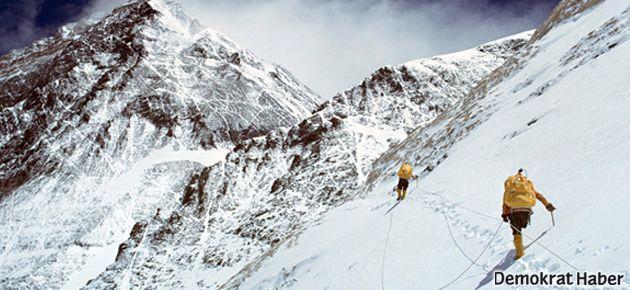 Everest Dağı'nda düşen çığda 12 kılavuz hayatını kaybetti