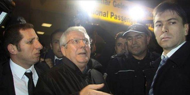 Fenerbahçe taraftarları Aziz Yıldırım'ı 'diktatör' diye karşıladı