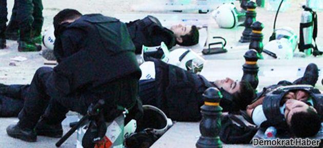 Gaz atmaktan yorulan polisler yol ortasında uyudu