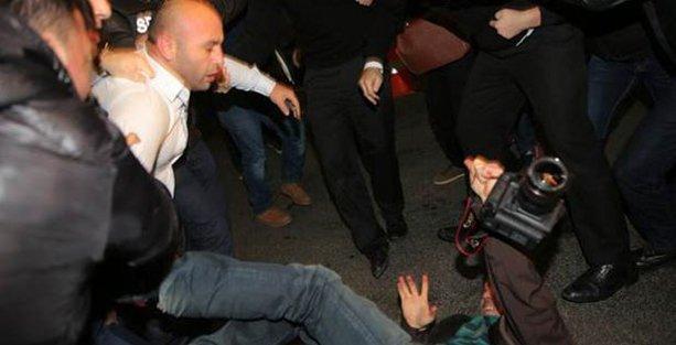 Gazetecilere tekme tokatlı saldırı!