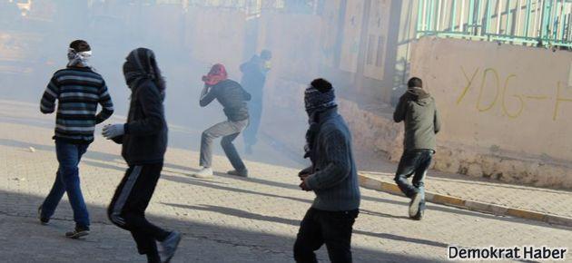 Halk 'utanç duvarı'nı yıkmaya çalıştı, polis saldırdı