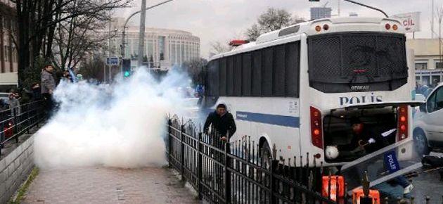 Hastane önünde bekleyenlere gaz