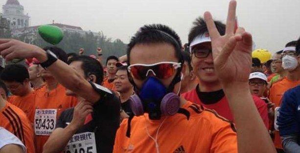 Hava kirliliği maratonculara maske taktırdı