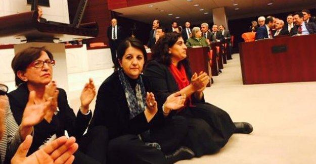 HDP ve CHP Meclis'te oturma eylemi başlattı