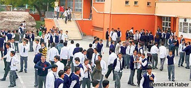 Her okula ibadethane geliyor