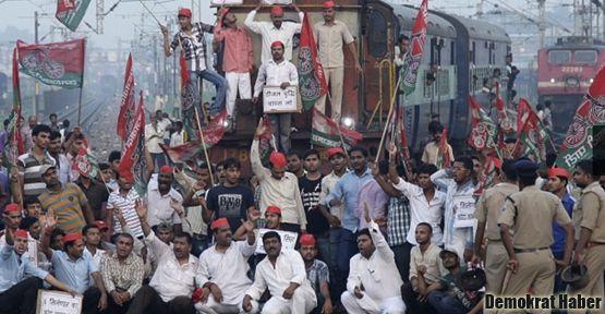 Hindistan'da milyonlar ayakta