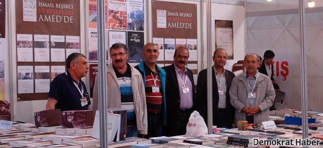 İsmail Beşikci ve kitapları Diyarbakır'da