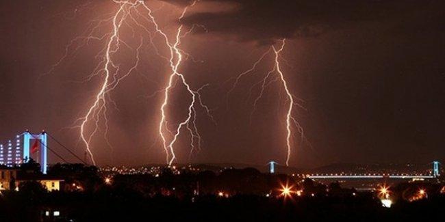 İstanbul'da şiddetli yağış nedeniyle birçok mahallede elektrikler kesildi