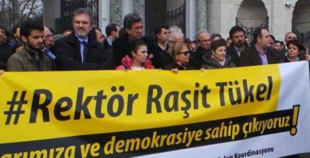 İstanbul Üniversitesi Raşit Tükel için sokakta