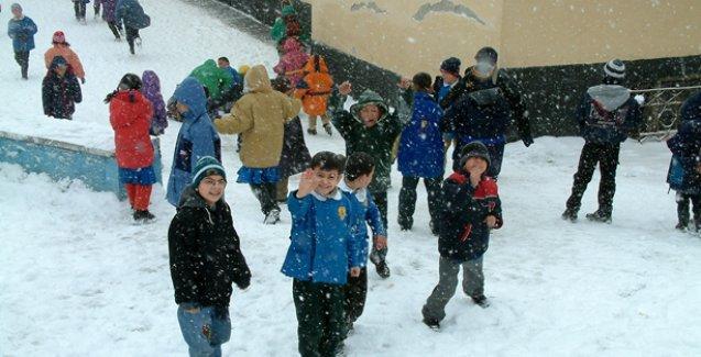 İstanbul'da yoğun kar yağışı nedeniyle okullar tatil edildi