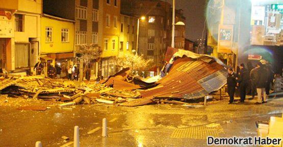 İstanbul'da fırtına çatıları uçurdu