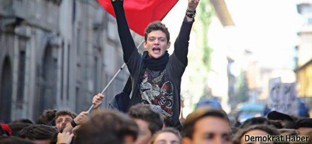 İtalya'da öğrenciler meydanlarda