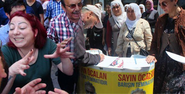 Kadıköy'de 'Öcalan'a özgürlük' için açılan standa saldırı