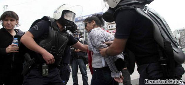 Kadın protestoculara gözaltında çıplak üst araması