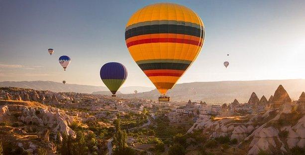 Kapadokya'da balon yolcularıyla düştü
