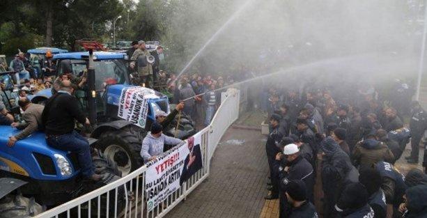 Kıbrıs'ta çiftçiler polise süt sıkıp yumurta attı