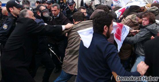 Kitap sınırlaması eylemine polis müdahalesi