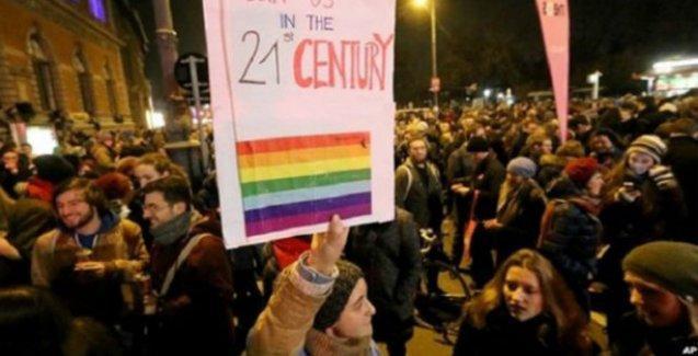 Lezbiyen çiftin öpüştükleri için kafeden atılması protesto edildi