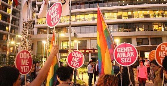 LGBT örgütler Habertürk önünde eylem düzenledi