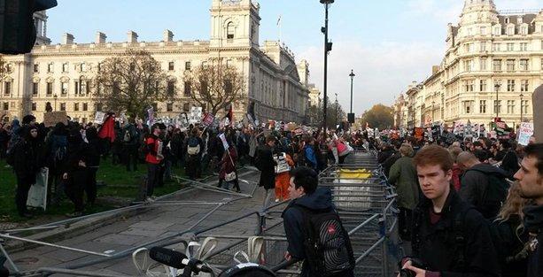 Londra'da, parasız eğitim isteyen binlerce öğrenci sokakta