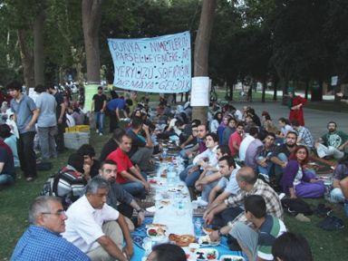 Lüks iftarlar protesto edildi