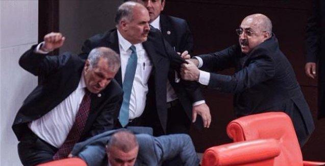 Meclis'te kavga çıktı, yaralılar var