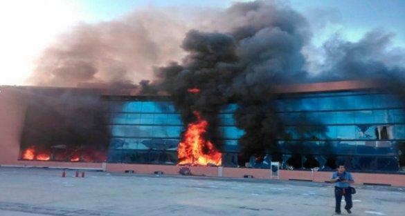Meksika'da göstericiler hükümet sarayını ateşe verdi