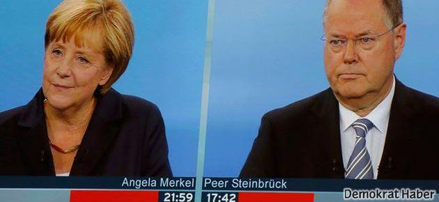 Merkel ve Steinbrück kozlarını paylaştı