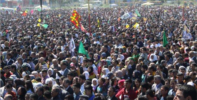 Mersin'de on binler Newroz'u kutluyor