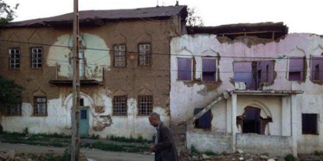 Muş'ta tarihi yapılar devlet eliyle yok ediliyor