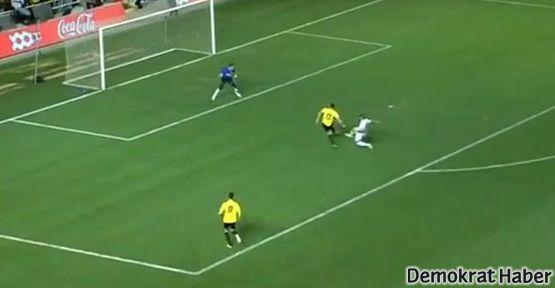 Müslüman oyuncu gol attı diye stadı terk ettiler