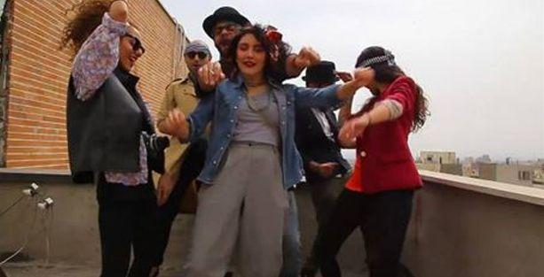 Mutlu İranlı gençler serbest