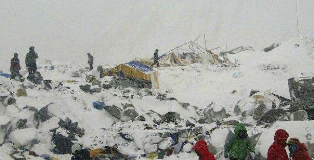 Nepal'i depremin ardından çığ vurdu