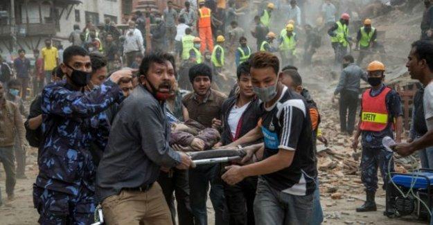 Nepal'de kurtarma çalışmaları sürüyor, ölü sayısı 1000'i aştı