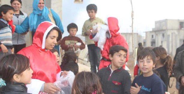 'Noel Baba' ve 'Noel Anne' Kobani'de çocuklara hediyelerini dağıttı