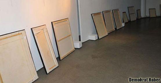 'Nü' resimlerin olduğu sergideki tablolar ters çevrildi